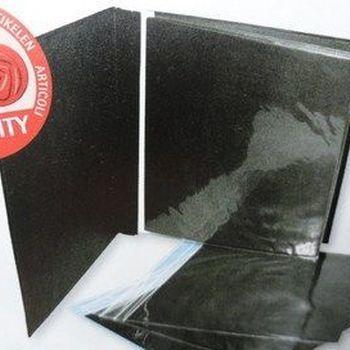 album zwart met schroeven